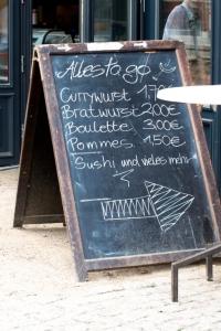 Restaurant-Tafel mit Angeboten 'to go'.
